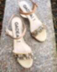 Smuk sandal i skindlak & dekorative sten.
