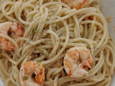 Spaghetti con gamberi, limone e pistacchi