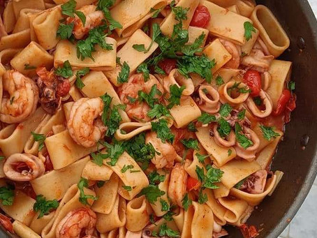 La ricetta della calamarata con pomodorini, calamari e gamberi