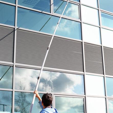 Мойка фасадов, витрин, а также вывесок любой сложности