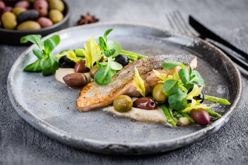 Дикий лосось, крем из фенхеля и сельдерея, маслины в вине
