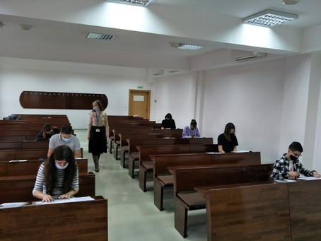 孔子学院举办HSK, HSKK考试