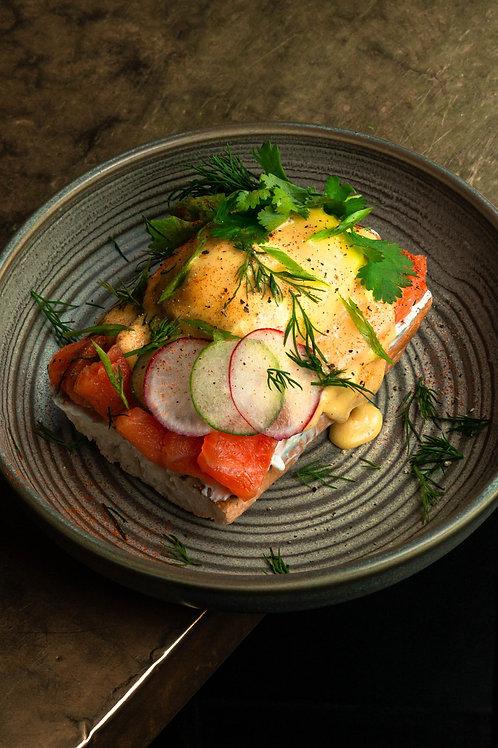 Тост с лососем, яйцом пашот и мягким сыром