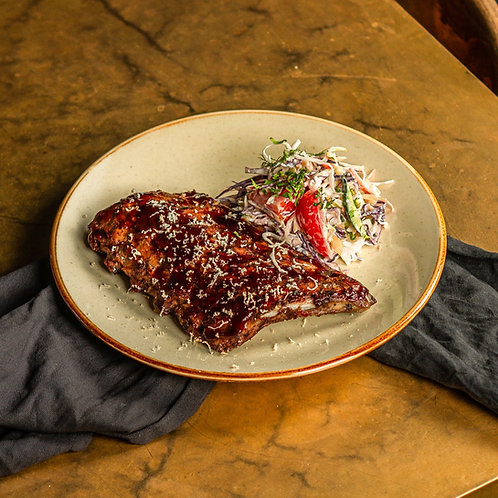 Свиные рёбра BBQ с салатом коул слоу