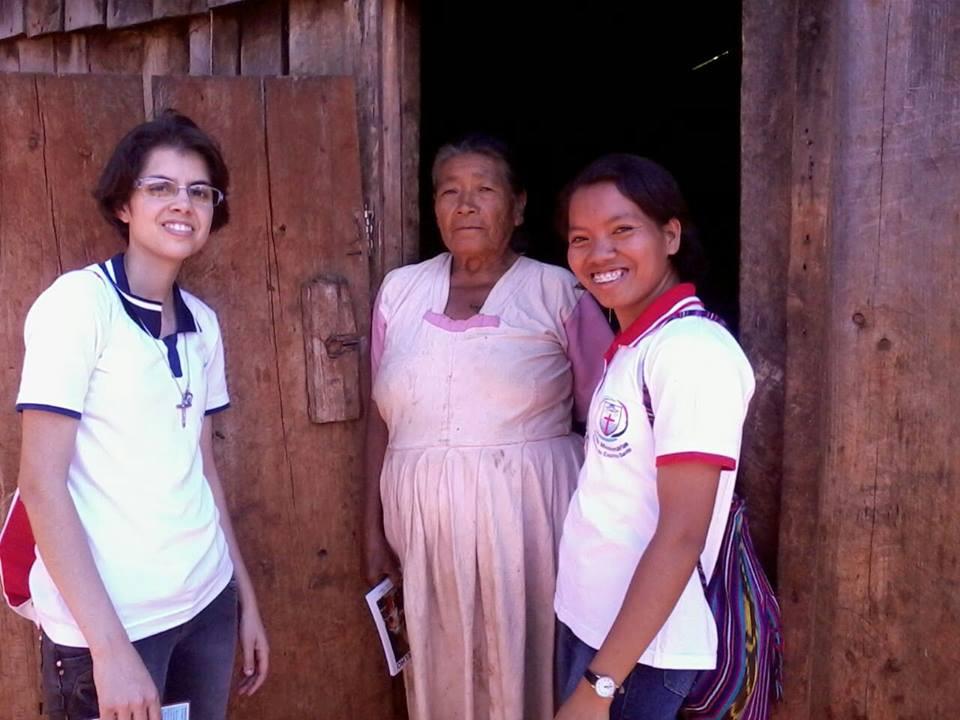 Irmãs Roselene e Natalia visitando familias em Ortigueira
