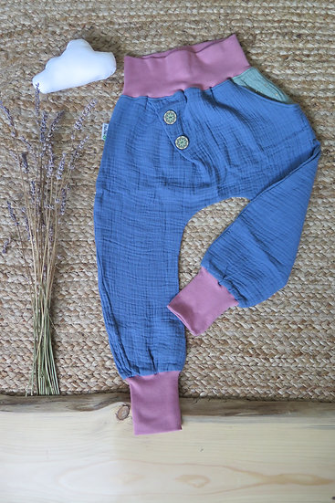 Musselin-Hose mit schräger Knopfleiste und einer Tasche