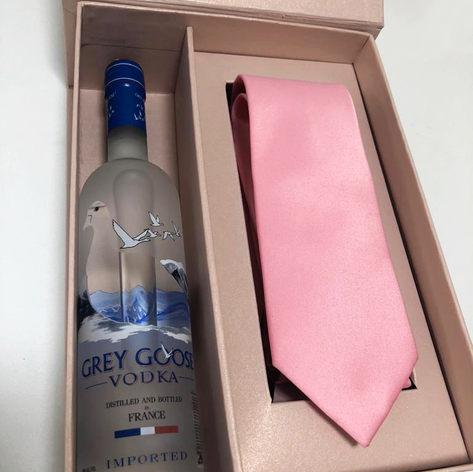 Caixa para bebida e gravata