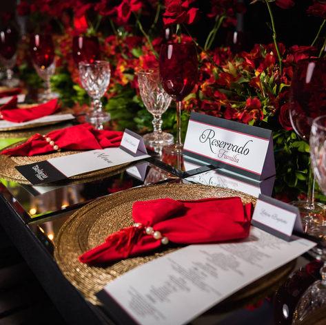 Menu simples, reservado e marcação de mesa com nome