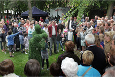 Living Topiary with Crowd