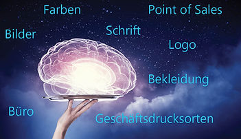 Virtuelles durchleuchtetes Gehirn auf einem Tablett mit Weltallhintergrund
