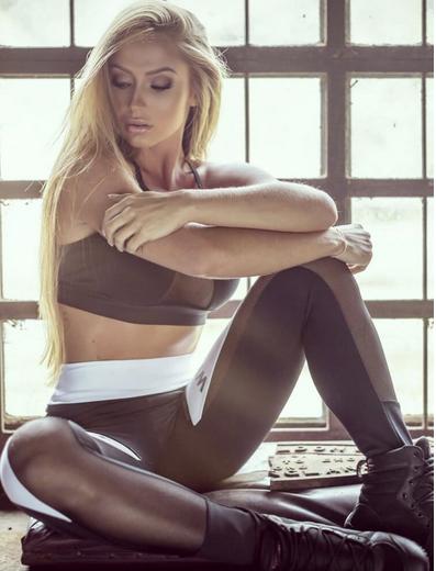 Mujer con Ropa fitness, con legging y top en negro y blanco