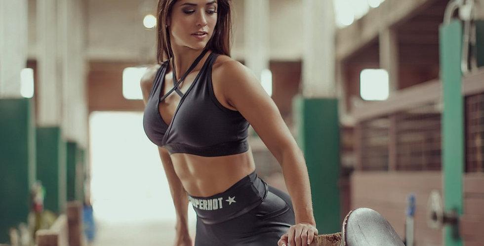 imagen de modelo Superhot en establo con ropa Fitness de www.tutienda-fitness.com
