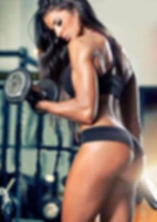 modelo entrenando con pesas y ropa exclusiva de  tutienda-fitness