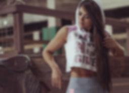 modelo con legging griss y camiseta de deporte blanca con capucha de tutienda-fitness.com