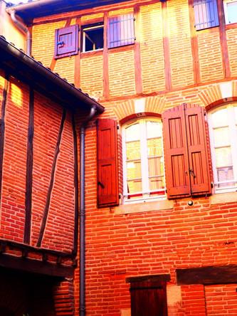 """""""Il grimpa l'étroit escalier en bois jusqu'au palier du troisième où il sortit sa clé."""""""