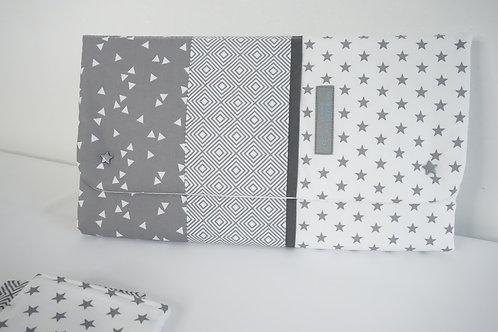 Tapis à langer Nomade Collection graphique gris - pochette à couches intégrée
