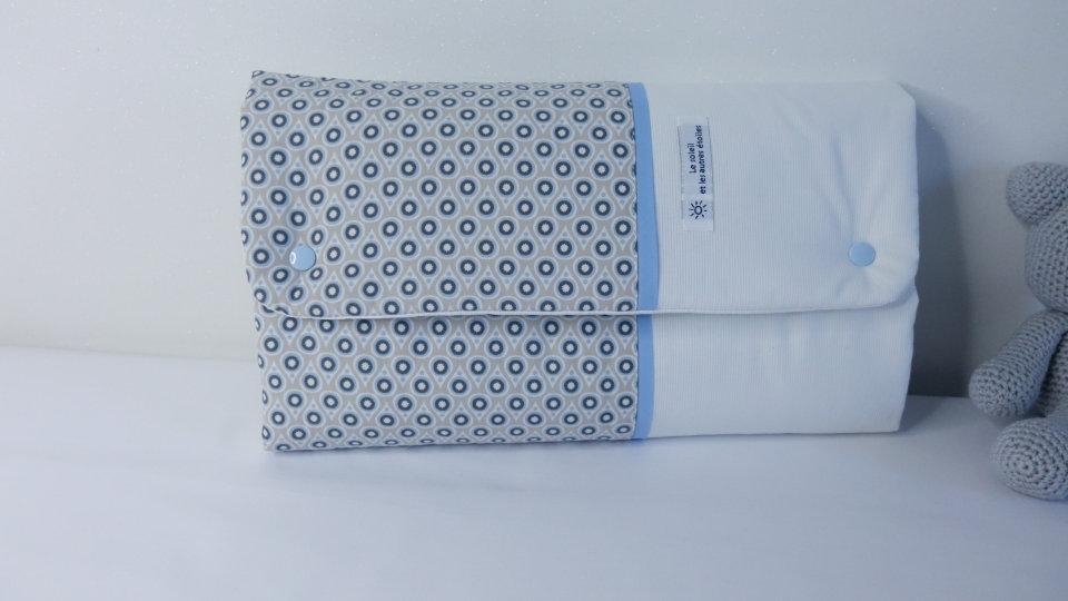 Tapis à langer gouttes bleues et beiges - pochette à couches intégrée