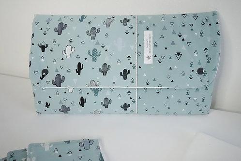 Tapis à langer Cactus - pochette à couches intégrée.