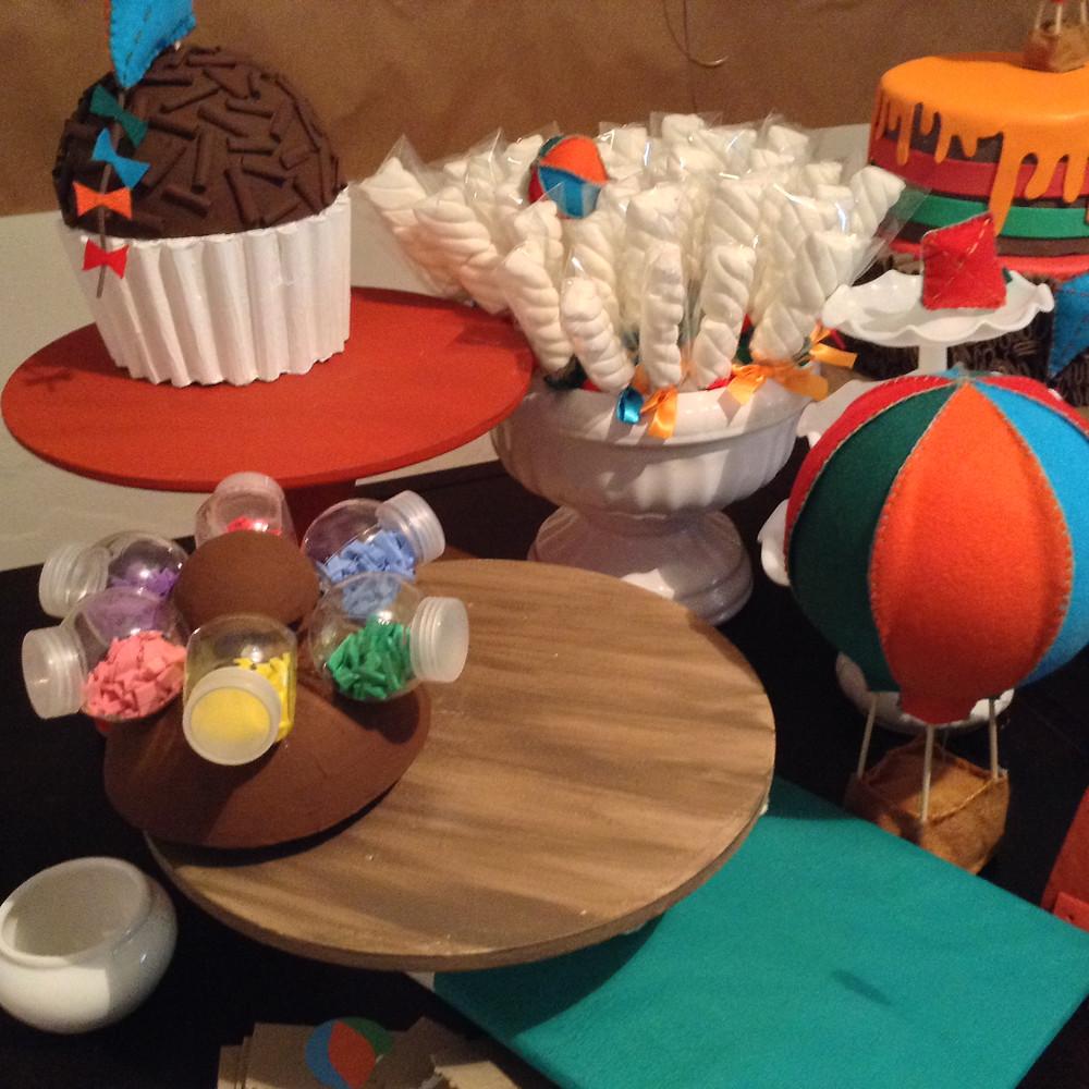 detalhe montagem da mesa do bolo