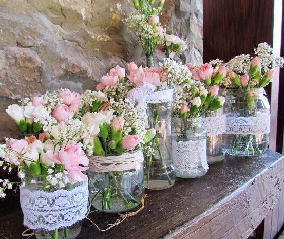 arranjo com flores, vidros e renda