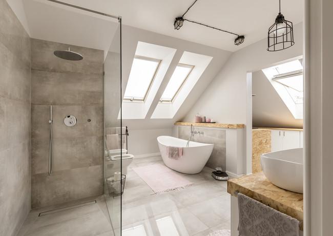 Salle de bains lumineuse
