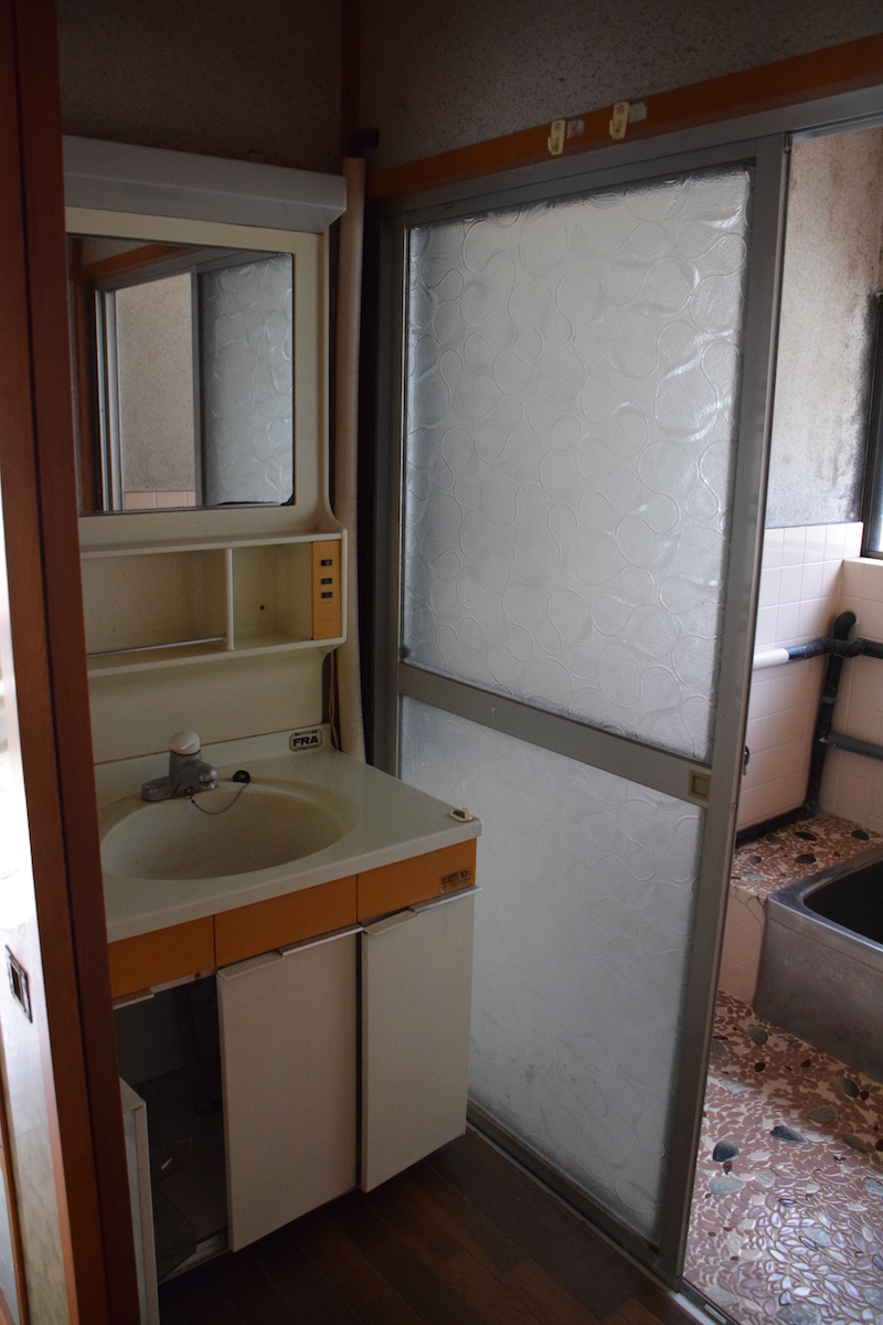 脱衣場と洗面台 before