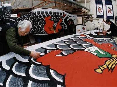 Dessinateur de cerf volant à l'oeuvre dans son atelier.