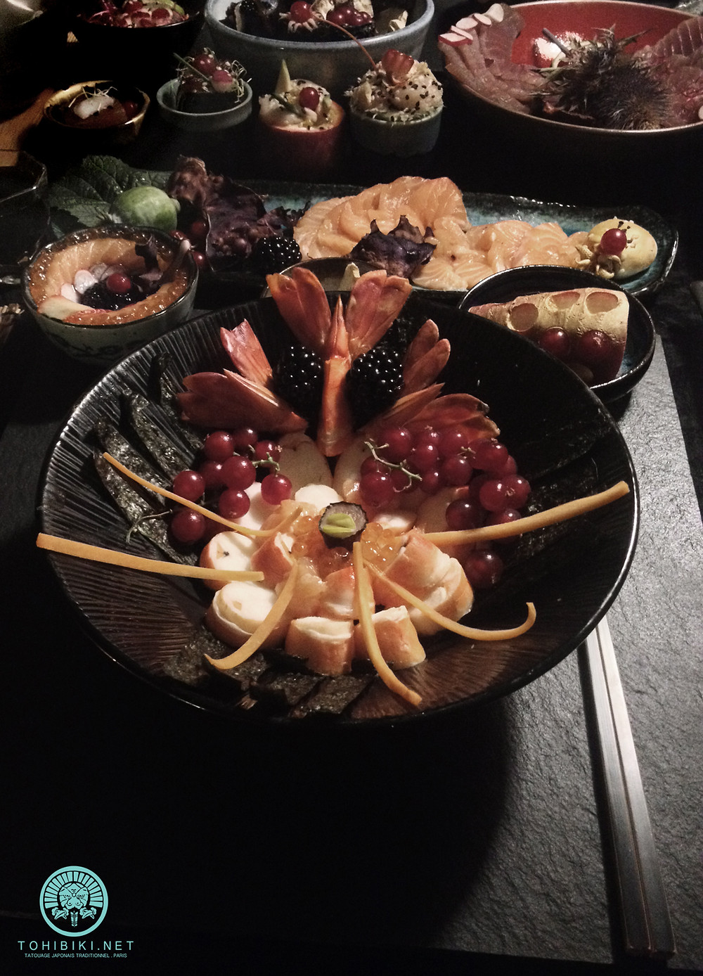 Kaiseki 会席, kaiseki-ryōri 会席料理 . La « pierre dans la poitrine » selon les kanji de Sen no Rikyū (1522-1591). Tatouage japonais Paris, Acquigny, France. Irezumi, Tebori.