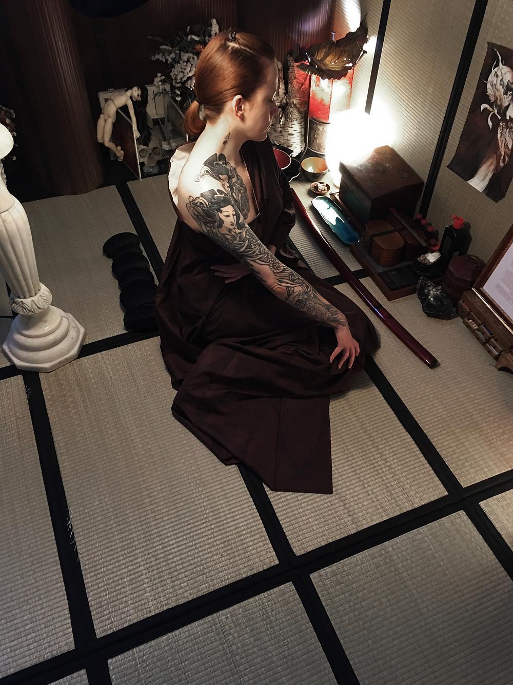 Tohibiki et Shakki. Tatouage japonais pratiqué en technique ancienne dite Tebori, sans machine électrique. Paris, Acquigny ( Normandie ), France.