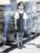 HMBNga_Con gái chụp cạnh vườn hoa của ba