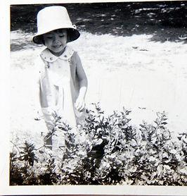 HMBNga_Con gái Bích Nga trong vườn cây c