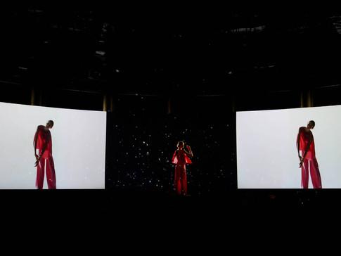 Massimo-Dutti-Holographic-Fashion-Show-2