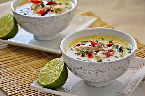 Tajska zupa Tom kha z kawałkami kurczaka