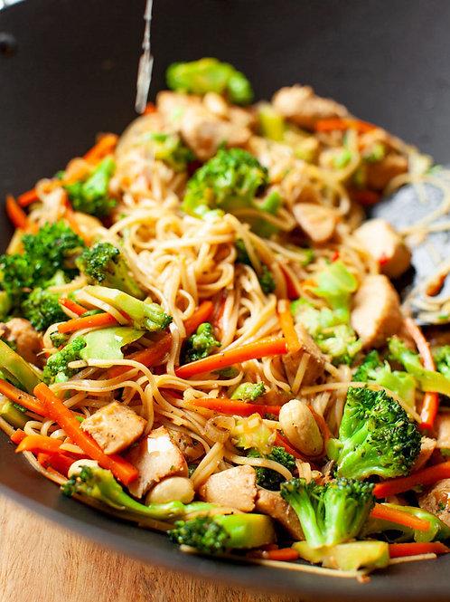 Makaron stir fry z kurczakiem i brokulami