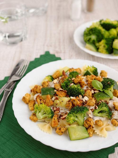 Farfale z soczystym kurczakiem w sosie smietanowym z brokulami zapiekane serem
