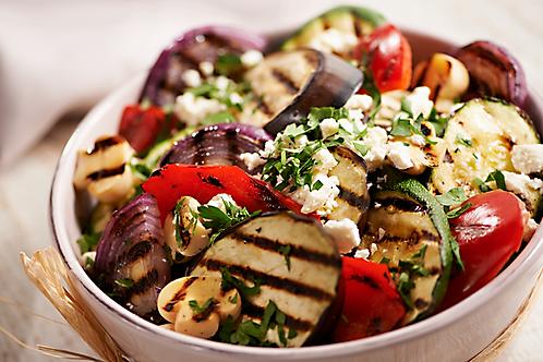 Grillowane warzywa z oliwa z suszonych pomidorow i kozim serem