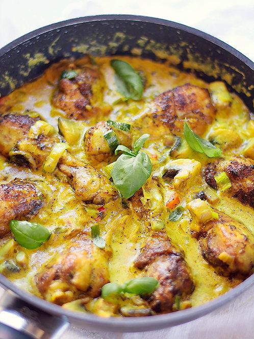 Udzce z kurczaka w sosie zielonym curry z makaronem oraz warzywami z wody