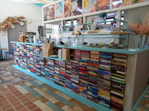 カフェの新店舗のディスプレイに当店の書籍を利用頂きました。