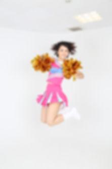 ジャンプするカーリーヘアのトモコ