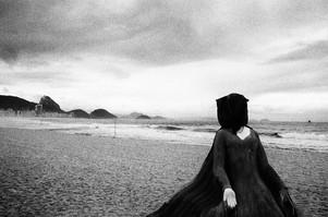 mulher-praia-copacabana-kittyparanagua.j