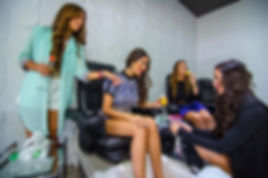 Girls enjoying spa pedicure services at Nailbar Beauty Longe. Pedicura Spa en Nail bar.