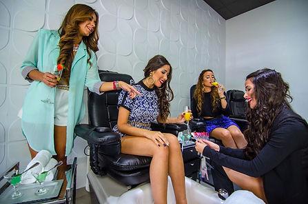 Girls enjoying spa pedicure services at Nailbar Beauty Longe. Pedicura Spa en Nail bar.