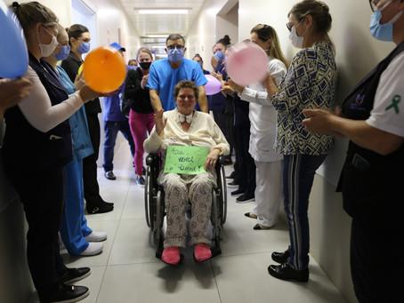 Paciente do Santa Terezinha recebe alta da Ala Covid após 37 dias de intubação