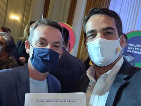 Governador Eduardo Leite assina convênio com o Hospital Santa Terezinha