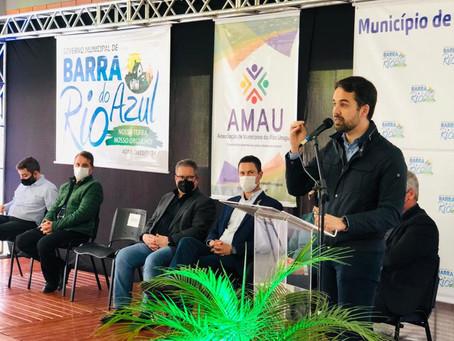 Governador assina obra e faz anúncios em assembleia da AMAU