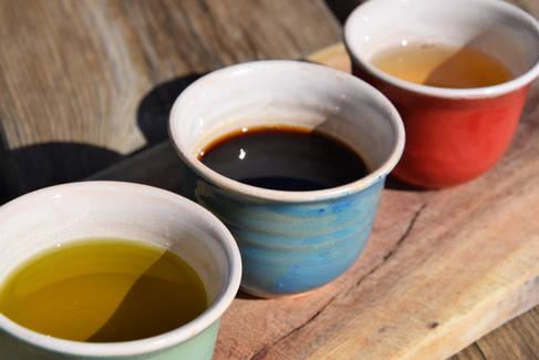 Olivenöl, dunkle und weiße Balsamico Soße