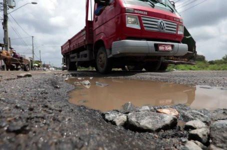 Motoristas denunciam buracos na Estrada da Muribeca