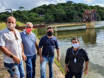 Daniel Alves visita barragem de Jangadinha com representantes da Compesa