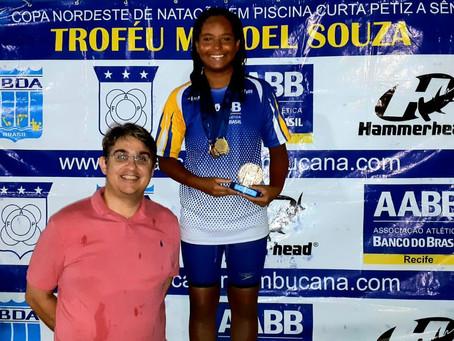 Nadadora conquista cinco medalhas e troféu