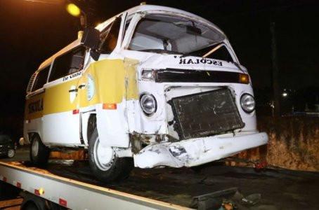 Kombi escolar e caminhonete colidem em Socorro